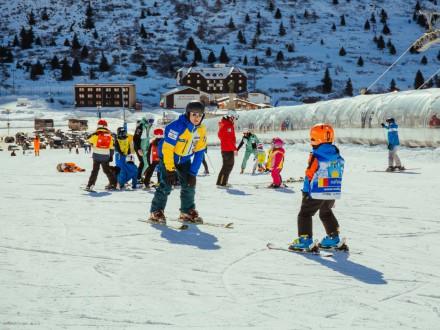 Pierwszy wyjazd na narty - jak ubrać dziecko na stok?